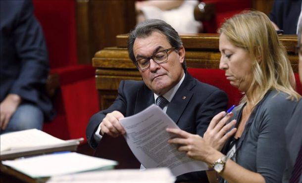 El presidente autonómico, Artur Mas (Izquierda), junto a su vicepresidenta, Neus Munté (derecha), durante el último pleno de la legislatura en el Parlament de Cataluña. Foto archivoEfe