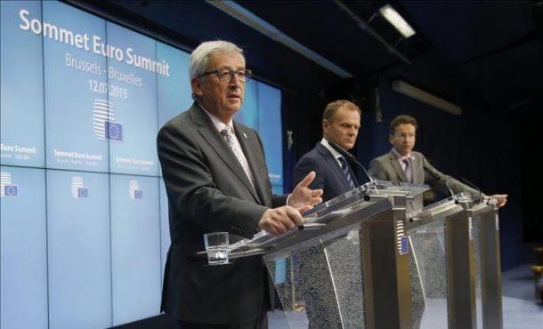 El presidente de la Comisión Europea, Jean-Claude Juncker (izq); el presidente del Consejo Europeo, Donald Tusk (c), y el presidente del Eurogrupo, Jeroen Dijsselbloem (dcha),