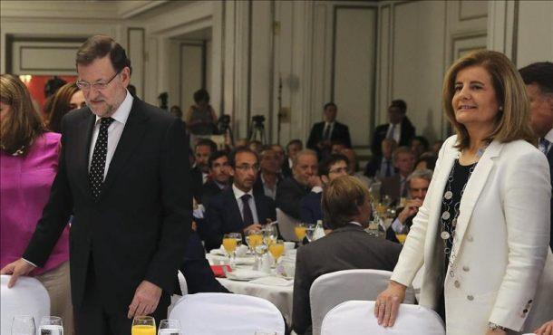El presidente del Gobierno, Mariano Rajoy, llega junto a la ministra de Empleo, Fátima Báñez, a la jornada La Razón del.. Foto Efe