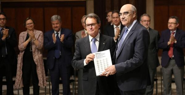 El presidente separatista catalán, Artur Mas Gavarró (Izquierda) recibe la publicación que recoge los informes del CAREC de manos de Salvador Alemany