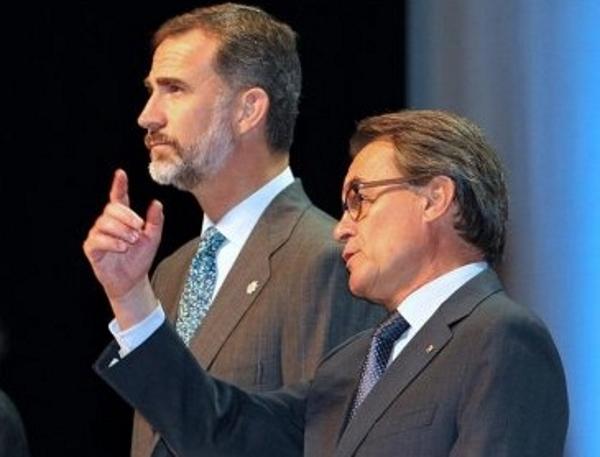 El rey Felipe junto al presidente de la Generalitat, Artur Mas, durante el acto de entrega de despachos a los 35 nuevos jueces de la 65. EFE