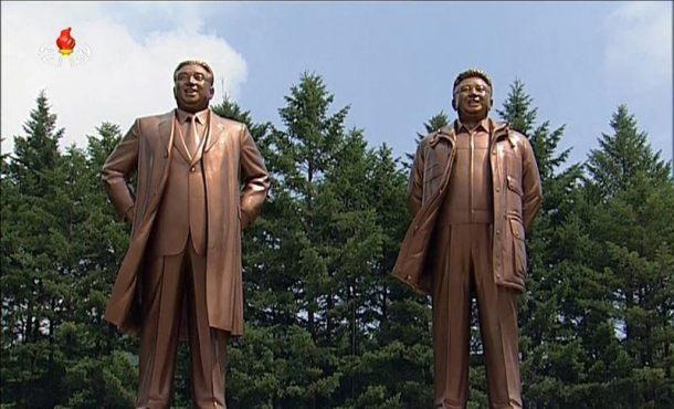 Estatuas de los que fueran líderes del Corea del Norte, Kim Il-sung y Kim Jong-il, tras su presentación en la ciudad norcoreana de Pyongsong ayer. EFE