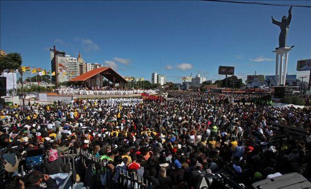 Fieles católicos asisten a una misa celebrada por el papa Francisco en la plaza del Cristo Redentor, este 9 de julio, en Santa Cruz (Bolivia). EFE