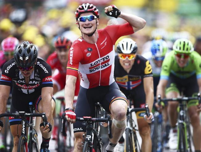 Fotografía André Greipel celebra su victoria de etapa en la meta de Valence. FotoPeter Dejong AP