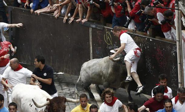 Fotografía Cuatro corredores han resultado heridos por asta de toro en el quinto encierro de los sanfermines  2015
