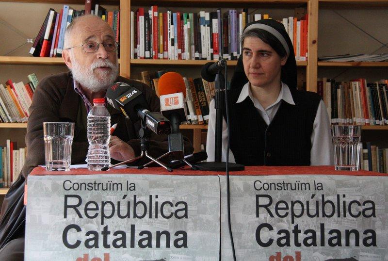 Arcadi Oliveres i Teresa Forcades a la roda de premsa d'aquest dilluns en l'Ateneu Rebel.