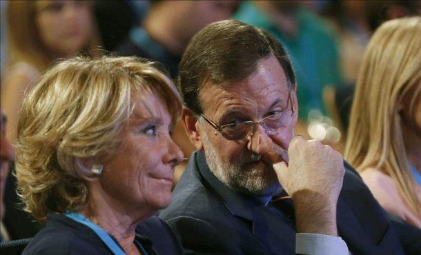 Fotografía La portavoz del PP en el Ayuntamiento de Madrid, Esperanza Aguirre (i), conversa con el presidente del Gobierno, Mariano Rajoy (d), ayer al inicio