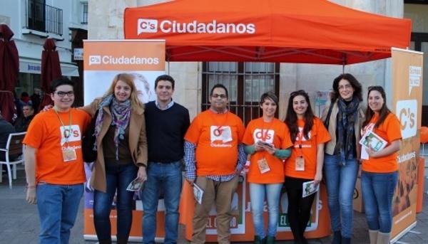 Fotografía Sergio Romero, número uno de Ciudadanos por la provincia de Cádiz a al Parlamento Andaluz, durante una carpa informativa de la formación de Albert