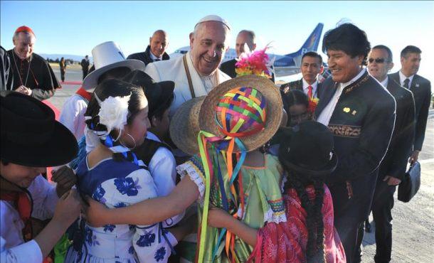Fotografía cedida por la Agencia Boliviana de Información de el papa Francisco, este 8 de julio de 2015, junto al presidente boliviano Evo Morales a su llegada