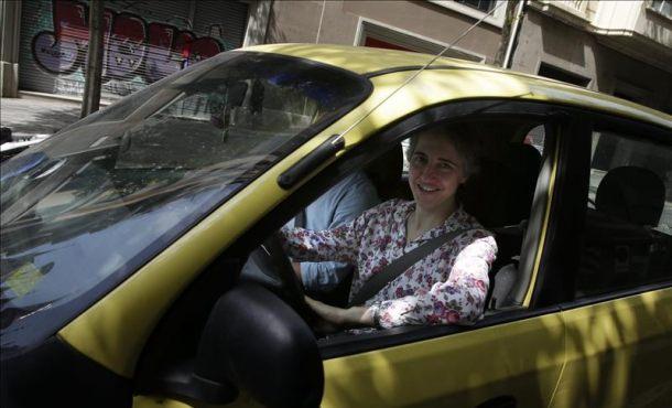 La monja Teresa Forcades conduce el viejo coche de su padre camino de una asamblea de Procés Constituent