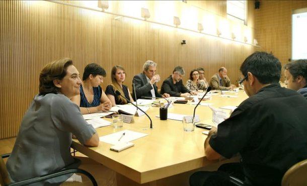 La nueva alcaldesa de Barcelona, Ada Colau (i), ha presidido