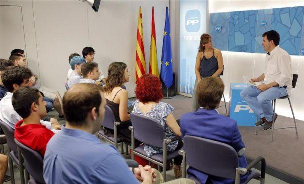 La presidenta del PP catalán, Alicia Sanchez Camacho, durante su participación hoy en un acto de nuevas generaciones del PPC, junto al presidente de esta formación José Antonio Coto. EFE