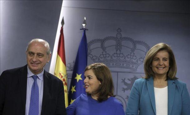 La vicepresidenta del Gobierno, Soraya Sáenz de Santamaría, r, Jorge Fernández Díaz (i), y de Empleo y Seguridad Social, Fátima Báñez (d) EFE