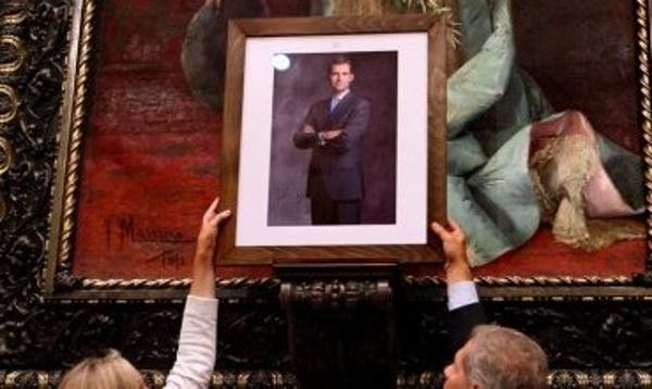 Los concejales del PPC, Alberto Fernández Díaz y Ángeles Esteller colocan, un retrato del rey Felipe VI -Foto-Efe