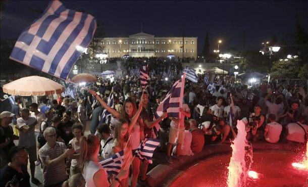 Los griegos partidarios del no ondean banderas y reaccionan después de los primeros resultados