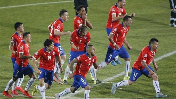 Los jugadores de Chile durante la tanda de penaltis en el partido Chile-Argentina, de final de la Copa América de Chile 2015,