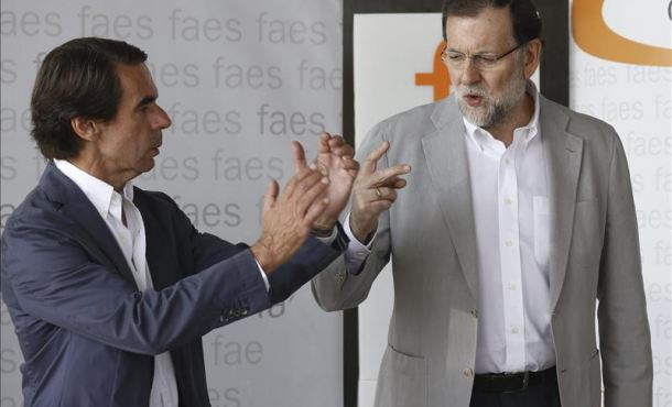 Mariano Rajoy (d), junto al presidente de honor del PP y presidente de FAES, José María Aznar (i),