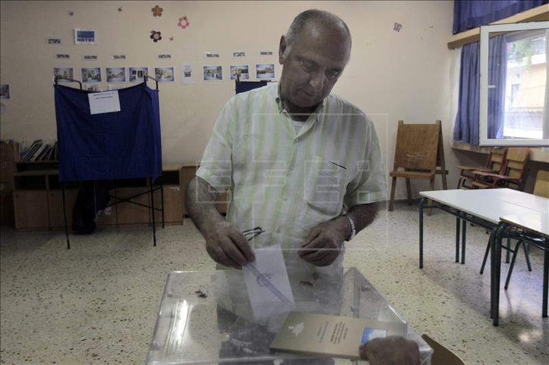 Un ciudadano girego deposita su voto en un colegio electoral hoy en Atenas. EFE
