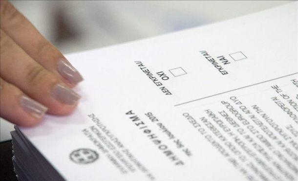 Un votante toma la papeleta en un colegio de votación en el referéndum de Atenas, Grecia. El pueblo griego decide en el referéndum si el país EFE