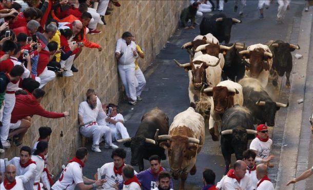 Una manada de toros divida en dos grupos ha propiciado esta mañana un vistoso sexto encierro en Pamplona, EFE