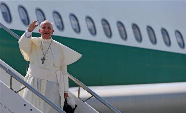 el papa bajando del avión, foto archivo efe