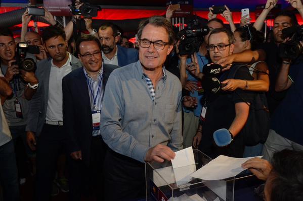 el socio de fc Barcelona, Artur Mas Gavarró , votando a las elecciones del nuevo presidente