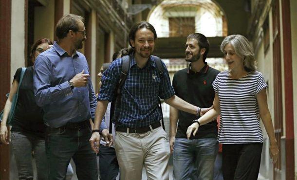 fotografía el secretario general de Podemos, Pablo Iglesias (Centro) acompañado del líder de Iniciativa Por Cataluña y Verdes (ICV), Joan Herrera (Izquierda) y