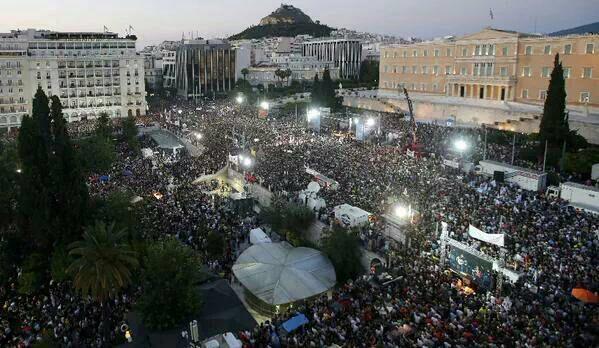 plaza syntagma de Grecia (Atenas), manifestantes griegos celebrando la victoria del No
