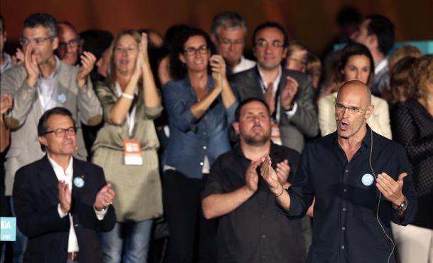 El cabeza de lista de (JxLSí), Raül Romeva (d), durante su intervención junto a Oriol Junqueras (d), y Artur Mas (i), entre otros, Efe