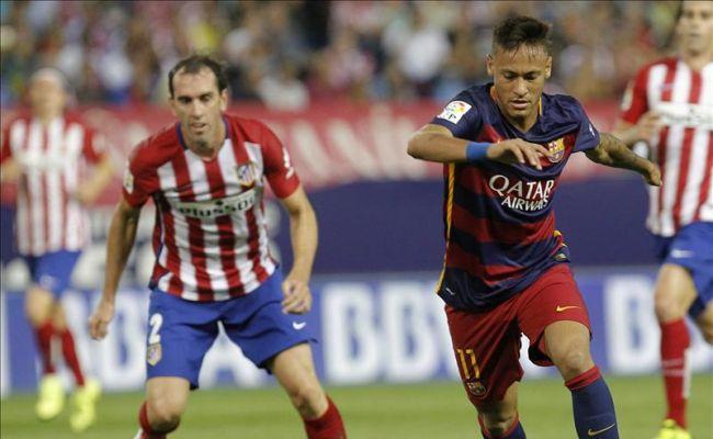 El delantero brasileño del F. C. Barcelona, Neymar (d), se prepara para disparar a puerta ante el Atlético de Madrid, durante el encuentro correspondiente a la tercera jornada de primera división, que disputaron en el estadio Vicente Calderón de Madrid. foto/Efe