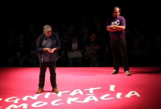El madrileño simpatizante de CUP, Ramón Cotarelo, y el líder extremista de CUP, David Fernández, esta noche en el mitin de CUP. ACN
