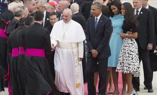 El papa Francisco (c) acompañado de la familia presidencial estadounidense. EFE
