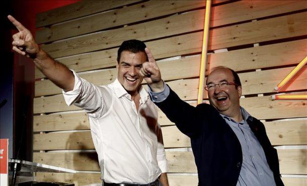 El secretario general del PSOE, Pedro Sánchez (i) y el candidato del PSC, Miquel Iceta, en el acto de cierre de campaña que se ha celebrado esta noche en Barcelona. EFE