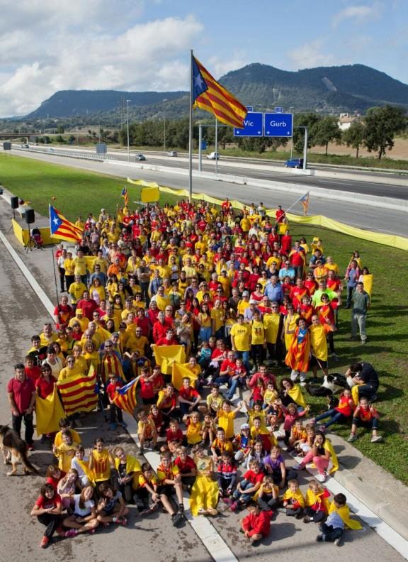 Foto de familia de víctimas del separatismo catalán el día de la inauguración del mástil en Gurb. Foto/ANC