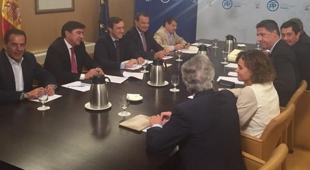 miembros del grupo del PP en el Congreso de los Diputados este martes, durante una reunión de trabajo sobre la propuesta del PP