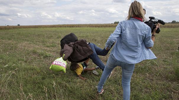La camarógrafa húngara se disculpa por su reacción frente a los refugiados. Foto Euronews