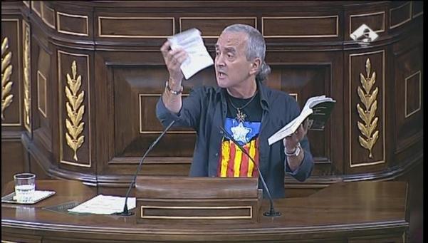 Amaiur Sabino Cuadra rompiendo la constitución en la sede Nacional impunemente.
