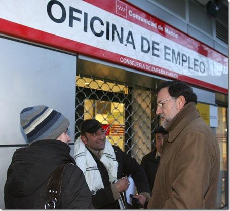 El presidente del PP, Mariano rajoy Brey, cuando era jefe de la oposición en la era de Zapatero ante una oficina de Empleo prometiendo a los parados que sabe la solución del problema. ¿mentiroso?