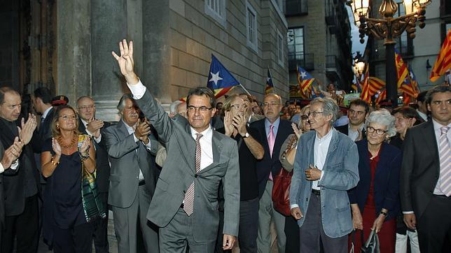 El presidente separatista catalán, Artur Mas Gavarró (c) -foto real- disimulando una salutación que tiene quizás en su ADN. Foto archivo