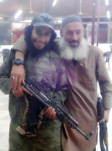 El asesino terrorista islamista marroquí, Abdelhamid Abaaoud (i), junto a un asesino de Estado Islámico de Irak y Levante.