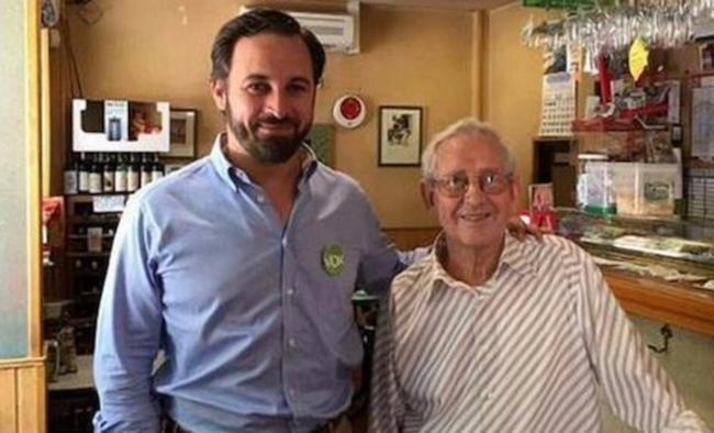 El líder de VOX, Santiago Abascal (d) junto al padre de Juancarlos Monedero (Podemos), Salvador Monedero, el fichaje de VOX. lasvocesdelpueblo
