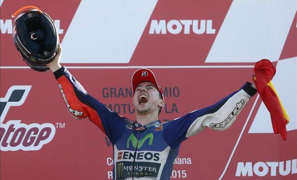 El piloto español Jorge Lorenzo (Yamaha ) en el podio tras ganar la carrera y el mundial de Moto GP en el circuito Ricardo Tormo de Valencia. EFE