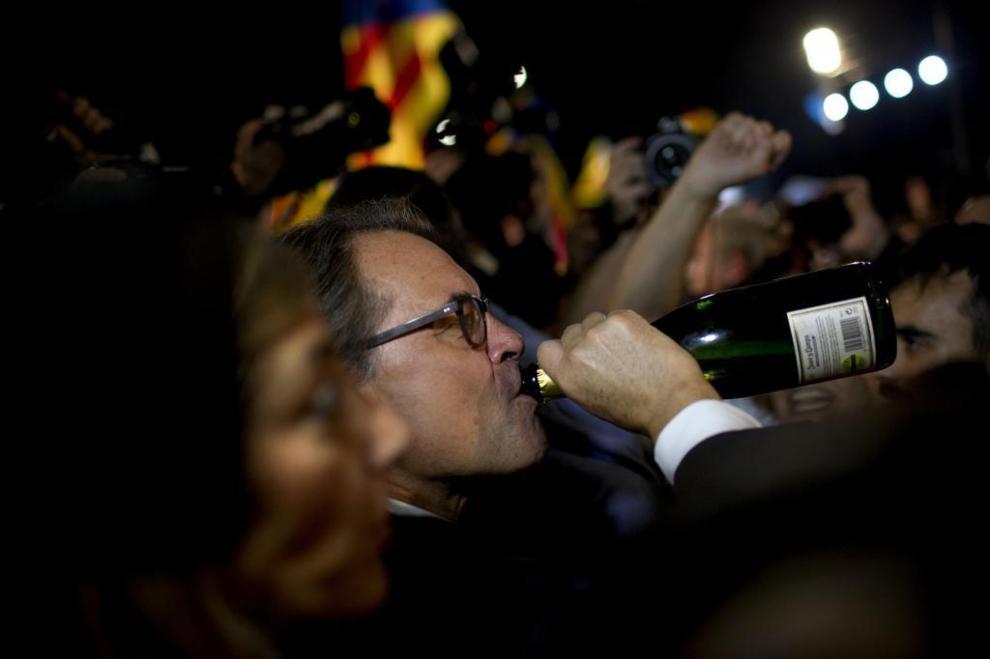 El presidente golpista antiespañol, Artur Mas, ayer bebiendo cava a morro durante la noche del 27-S por victoria amarga de JxSí frente al Born de Barcelona. Foto Emilio Morenatti