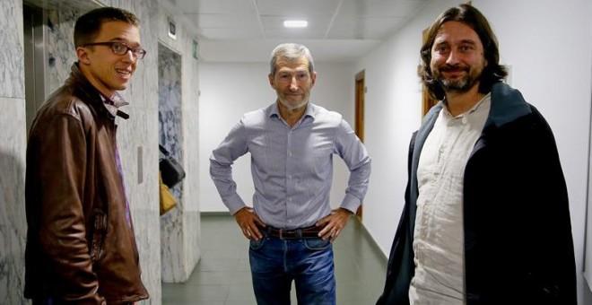 l exjefe del Estado Mayor de la Defensa (Jemad) José Julio Rodríguez, junto al secretario de Política de Podemos, Íñigo Errejón y el secretario de Relaciones con la Sociedad Civil, Rafa Mayoral.- Juanjo Martín (EFE)