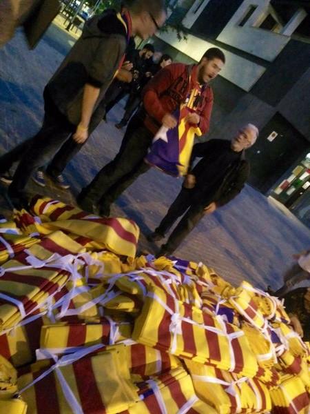 Unos de los más de 30 mil trapos separatistas repartido durante el partido de Champión el 4-11-2015 en Barcelona. Foto Ara Es Hora