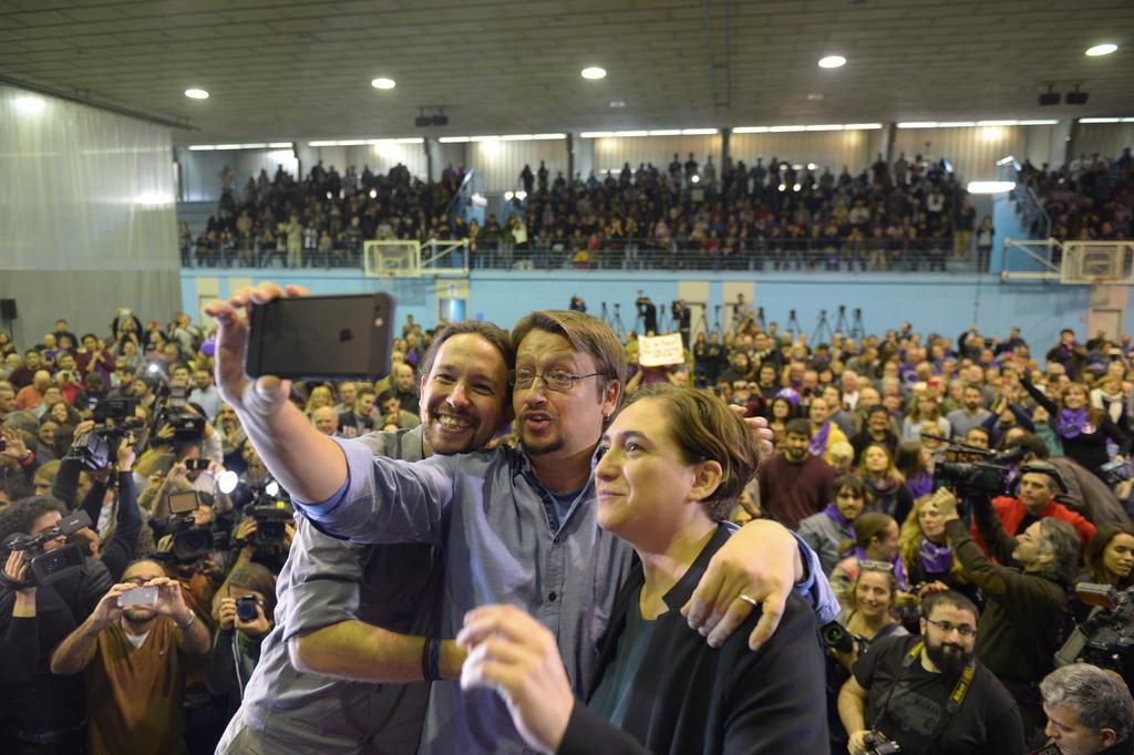 El candidato de En Comun Podemos por Cataluña al 20D, Xavier Domènech (c), junto a Igelsias (i) y Ada Colau (d), la alcaldesa de Barcelona. Lasvocesdelpueblo