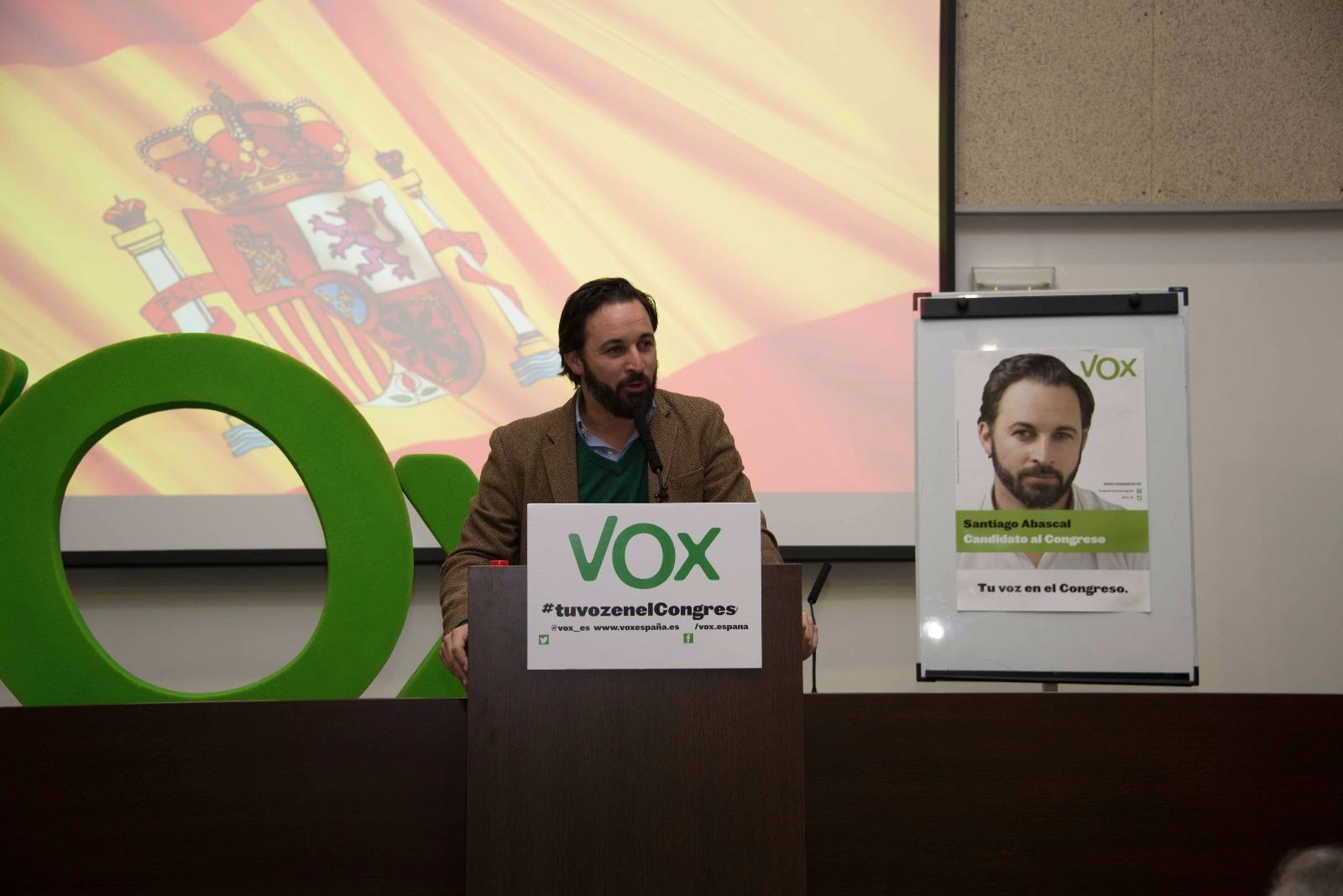 """VOX critica la inacción de Rajoy ante el """"desvarío separatista"""" en un abarrotado acto electoral"""