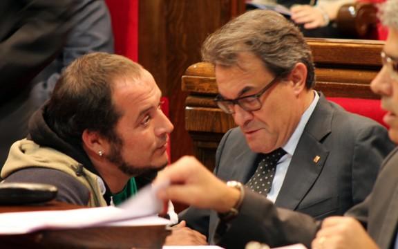 El dirigente y exdiputado de CUP, David Fernadez, de rodilla y con mucha complicidad con Artur Mas Gavarró, en Parlamento catalán. Lasvocesdelpueblo.