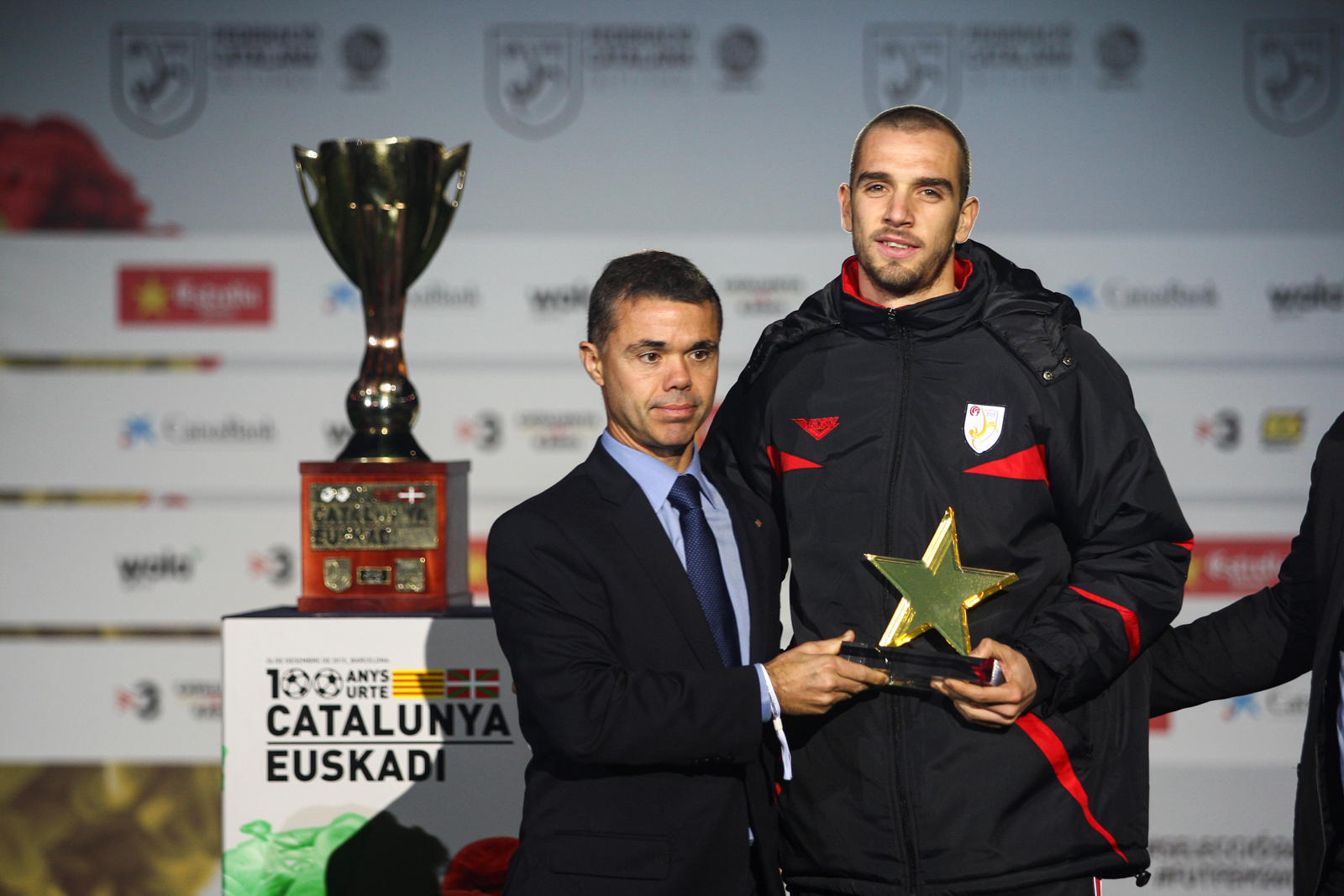 Entrega del Premio del mejor jugador del partido al portero vasco, Pau López.