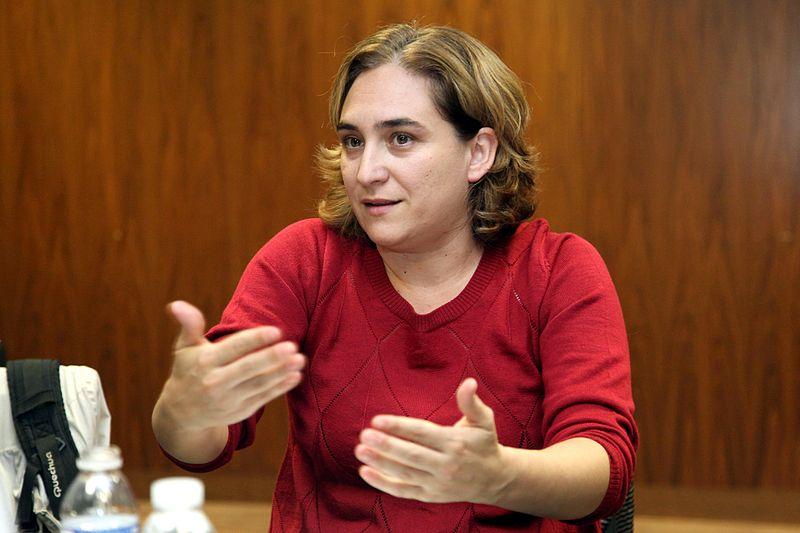"""La PAH critica la hipocresía de Ada Colau por carta y le pide """"valentía política"""" ante los desahucios"""